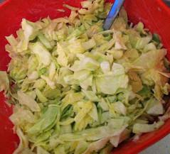 Kleine Vitaminbombe: der frische Spitzkohlsalat