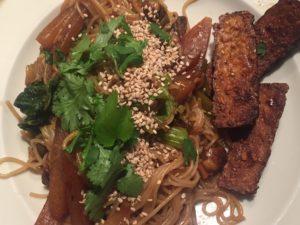 Vegane Gemüse-Reisnudelpfanne – schnell und unkompliziert